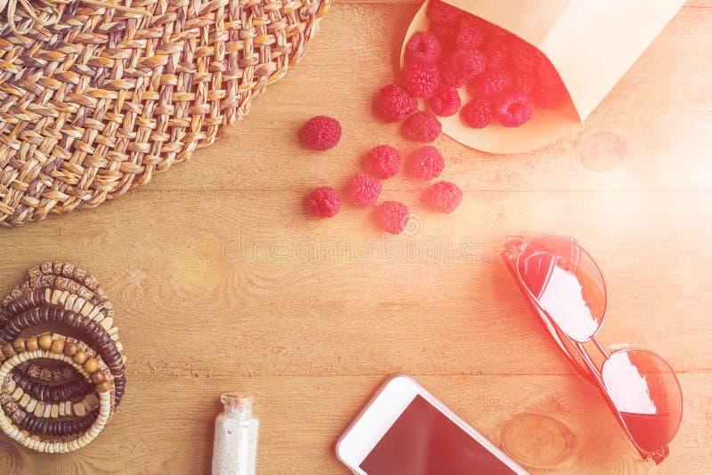 Vacances d'été, vacances, concept de relaxation Les framboises, chapeau de paille, le smartphone, lunettes de soleil d'en haut, v photos stock