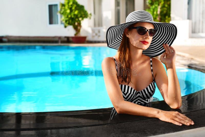 Vacances d'été Vacances de voyage Belle femme à nager le PO photos libres de droits