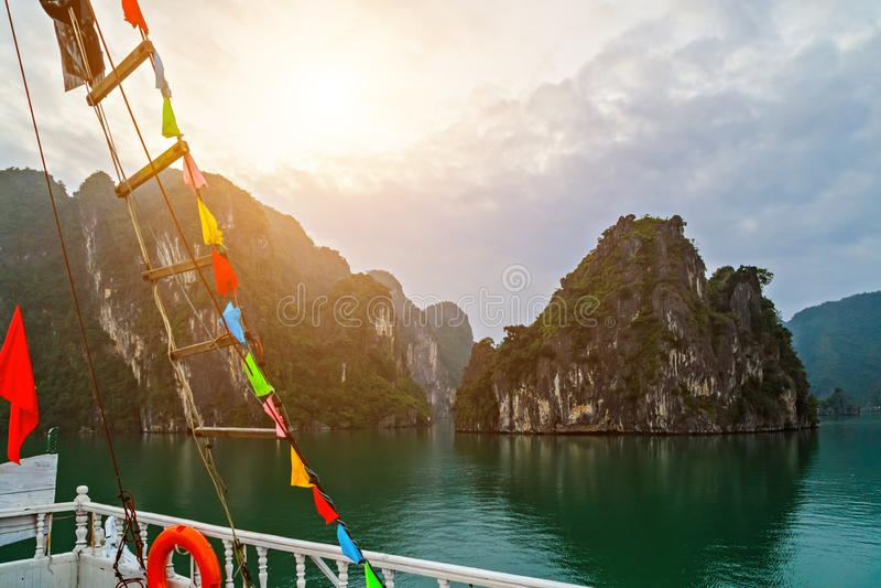 Vacances d'été Vietnam, voiles long d'ordure de revêtement de Cruse de baie d'ha dans le voyage de paysage de mer photographie stock