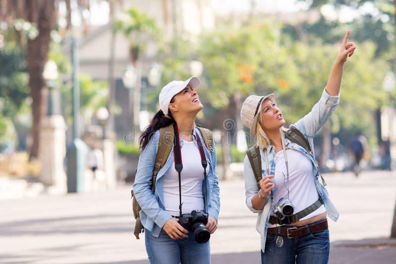 Vacances d'amis visitant le pays photos libres de droits