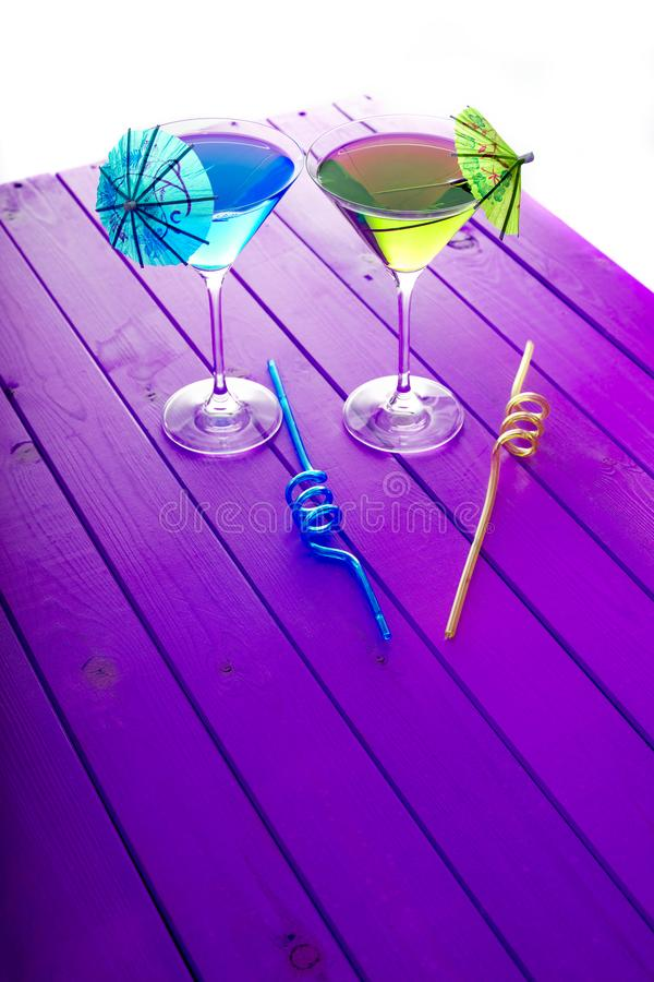 Vacances d'amusement d'été Boissons jaunes et bleues de cocktail de partie de plage image stock