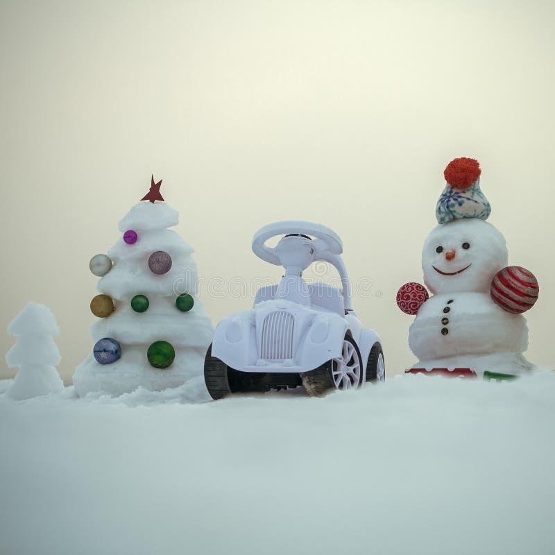 Vacances d'hiver Arbre de Noël avec des boules sur le ciel bleu photo stock