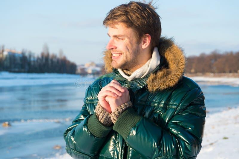 Vacances d'hiver heureuses Grippe et froid Mode d'hiver Manteau chaud vert Vêtements chauds pour la saison froide Homme voyageant images stock