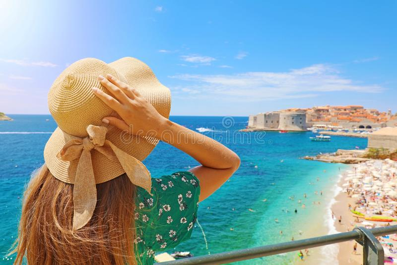 Vacances d'?t? en Croatie Vue arrière de jeune femme tenant son chapeau avec la ville de Dubrovnik sur le fond, Croatie, l'Europe image libre de droits
