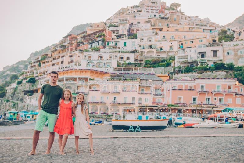 Vacances d'?t? en Italie Famille dans le village de Positano sur le fond, côte d'Amalfi, Italie images stock