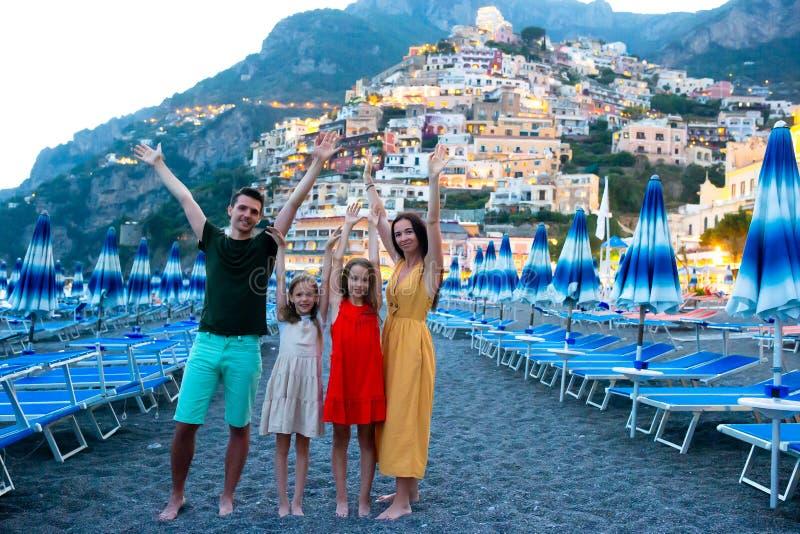 Vacances d'?t? en Italie Jeune femme dans le village de Positano sur le fond, côte d'Amalfi, Italie image stock