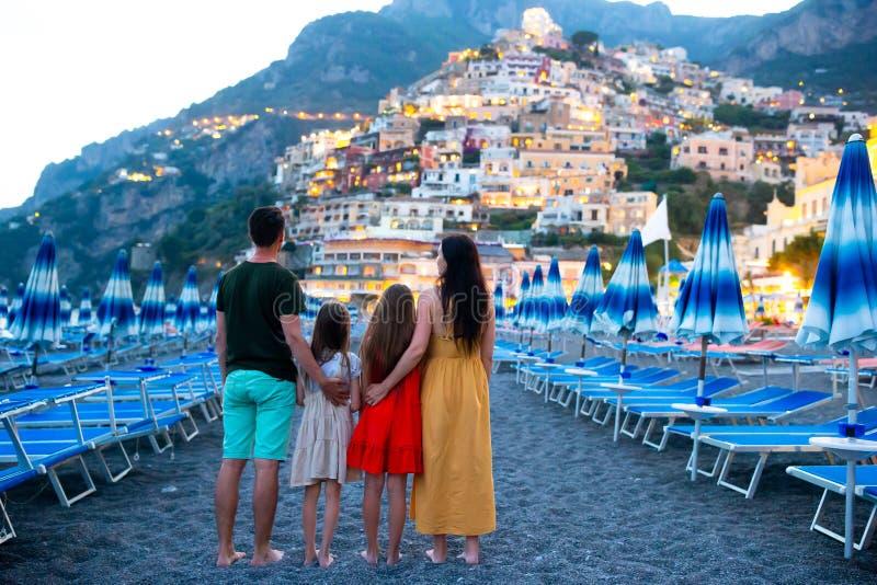 Vacances d'?t? en Italie Jeune femme dans le village de Positano sur le fond, côte d'Amalfi, Italie photo libre de droits