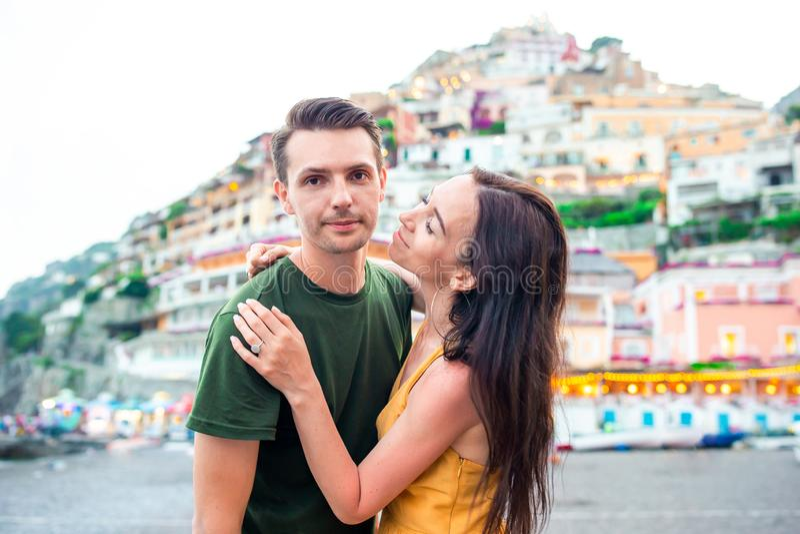 Vacances d'?t? en Italie Jeunes couples dans le village de Positano sur le fond, côte d'Amalfi, Italie photo stock