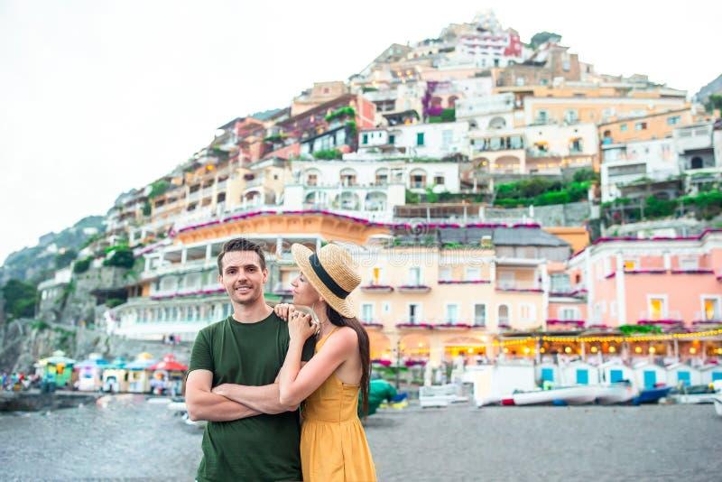 Vacances d'?t? en Italie Jeunes couples dans le village de Positano sur le fond, côte d'Amalfi, Italie images stock