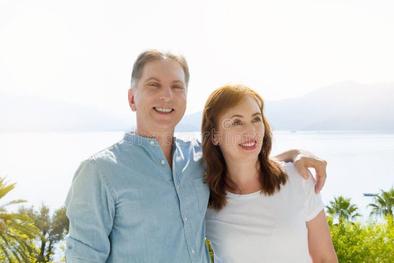 Vacances de famille d'été Couples âgés moyens heureux ayant l'amusement le week-end de vacances de voyage Fond de mer et de plage photo stock