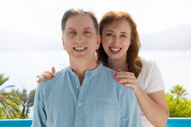 Vacances de famille d'été Couples âgés moyens heureux ayant l'amusement le week-end de vacances de voyage Fond de mer et de plage image libre de droits