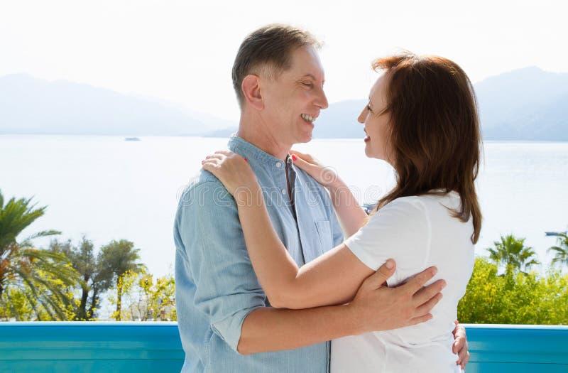 Vacances de famille d'été Couples âgés moyens heureux ayant l'amusement le week-end de vacances de voyage Fond de mer et de plage photographie stock