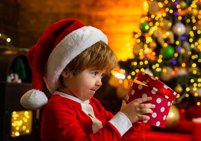 Vacances de famille Souvenirs d'enfance Le gar?on de Santa c?l?brent No?l ? la maison D?corations de No?l de jeu d'enfant de gar? photo stock