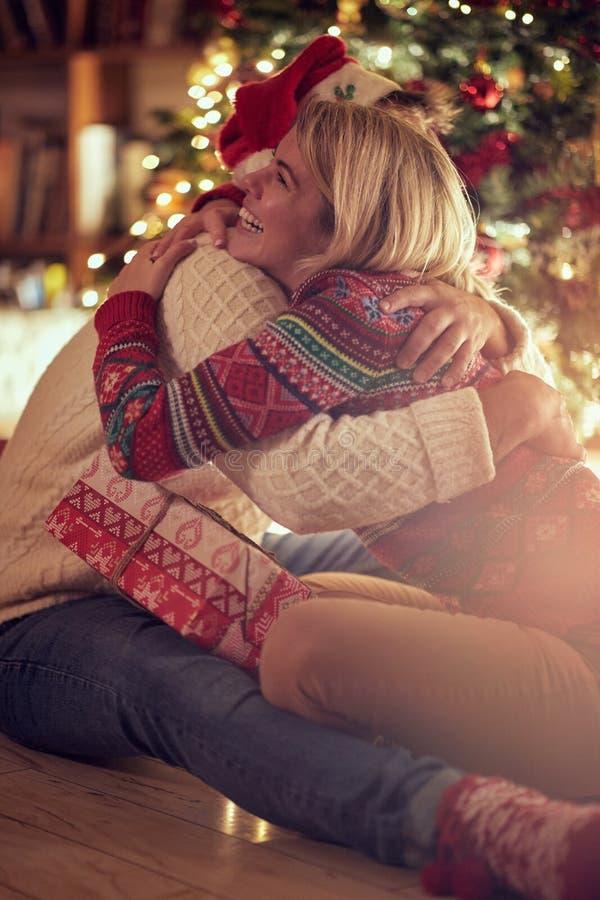 Vacances de Noël - couple heureux romantique célébrant Noël photographie stock