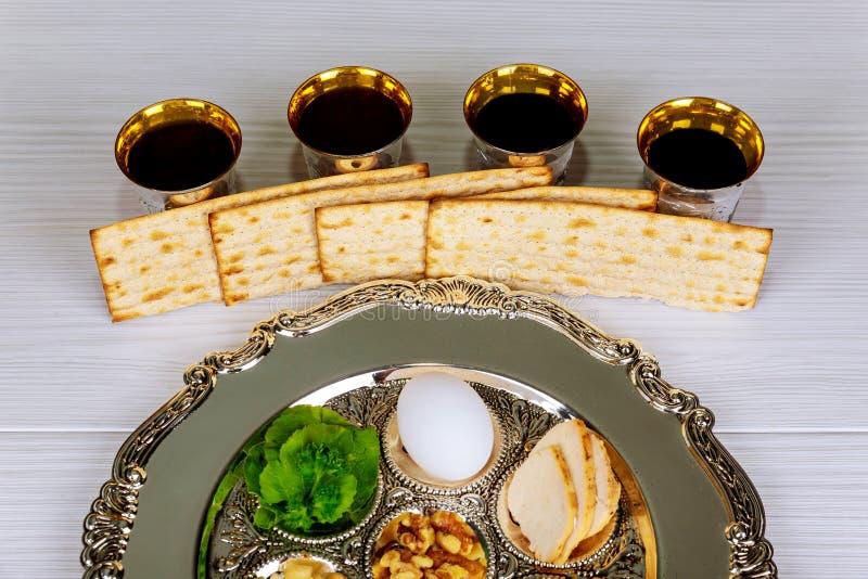Vacances de pâque de célébration de Pesah Texte traditionnel de plat de pesah dans l'hébreu : Pâque, oeuf, photos stock