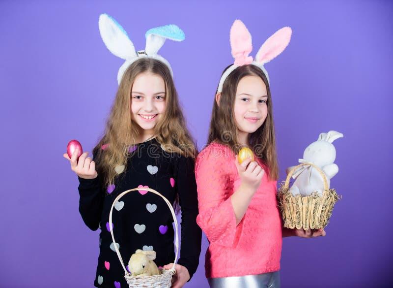 Vacances de ressort Enfance heureux Jour de Pâques Activités de Pâques pour des enfants Joyeuses Pâques Filles de lapin de vacanc photos stock