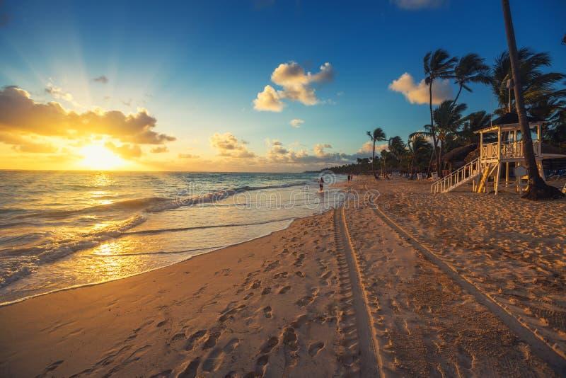 Vacances des Caraïbes, beau lever de soleil au-dessus de plage tropicale image stock