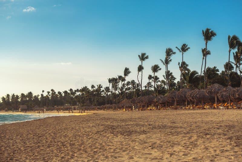 Vacances des Caraïbes, beau lever de soleil au-dessus de plage tropicale photos stock