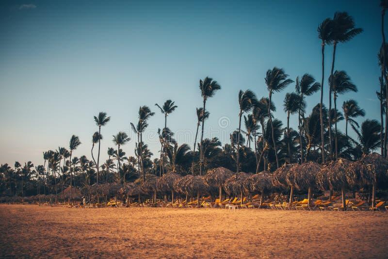 Vacances des Caraïbes, beau lever de soleil au-dessus de plage tropicale photographie stock libre de droits
