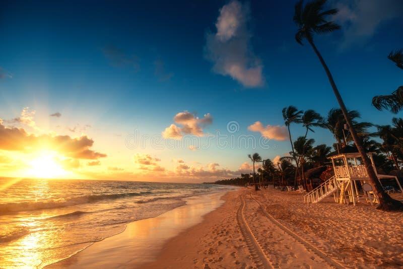Vacances des Caraïbes, beau lever de soleil au-dessus de plage tropicale photographie stock