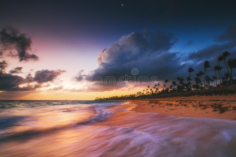 Vacances des Caraïbes, beau lever de soleil au-dessus de plage tropicale photos libres de droits