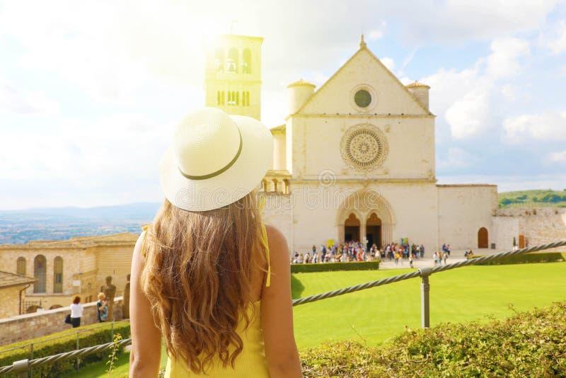 Vacances en Italie Vue arrière d'une belle fille visitant la basilique Saint François d'Assise par beau temps photo stock