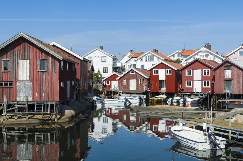 Vacances et côte ouest residentual de la Suède de maisons images stock