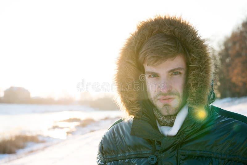 Vacances et déplacement Mode d'hiver les vêtements réchauffent Temps de Milou Manteau à la mode d'hiver Homme C'est extérieur fro images libres de droits