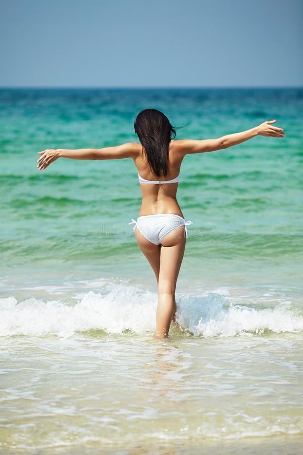 Vacances et station de vacances Beau modèle heureux de femme avec le corps parfait photographie stock libre de droits