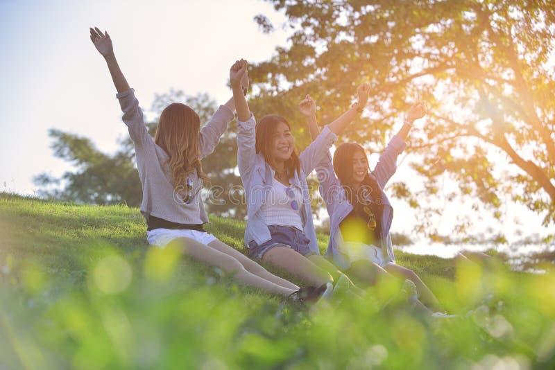vacances et tourisme, concept d'amitié - les belles filles étendent o photographie stock libre de droits
