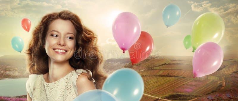 vacances Femme heureuse avec les ballons à air colorés image libre de droits