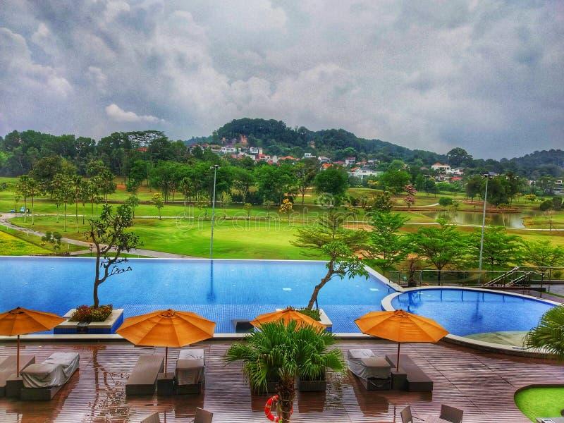 vacances heureuses avec à la meilleure station de vacances avec des piscines et la vue de champ de golf images libres de droits