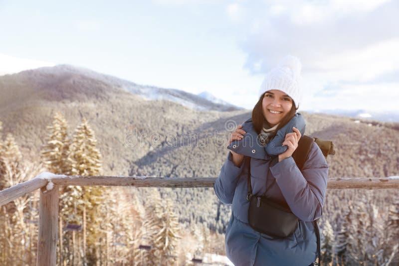 Vacances heureuses d'hiver de dépense de jeune femme en montagnes photographie stock