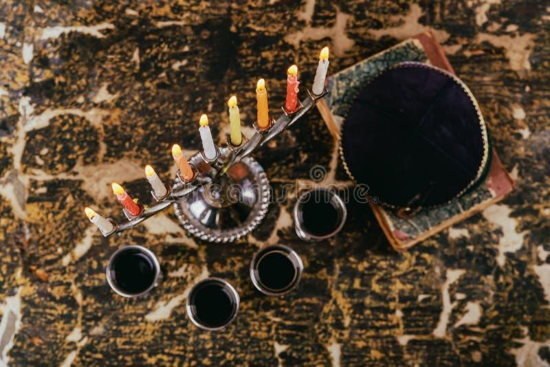 vacances juives Hanoucca de symbole juif avec le menorah et quatre candélabres traditionnels de vin en verre