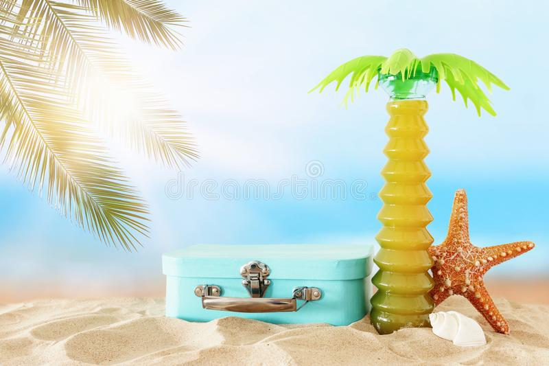 vacances nautique, vacances et image de voyage avec des objets de style de vie marine dans le sable de plage photos stock