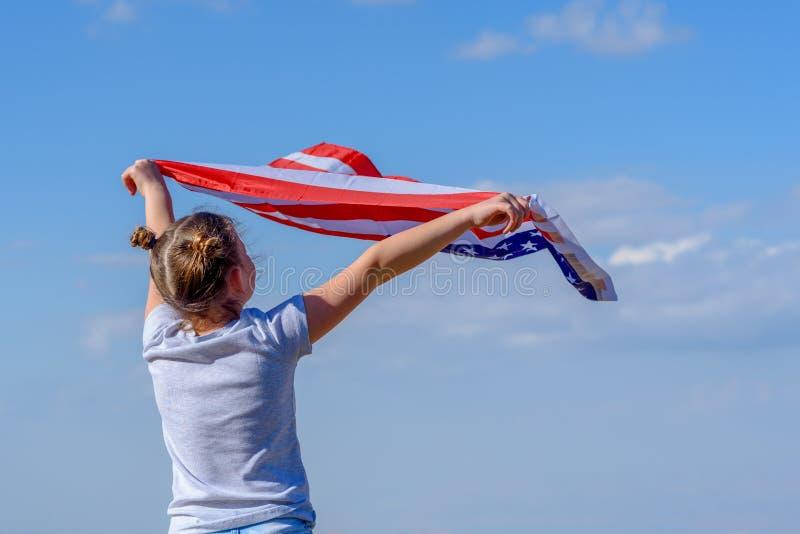 Vacances patriotiques Enfant heureux, fille mignonne de petit enfant avec le drapeau am?ricain Les Etats-Unis c?l?brent le 4?me j photographie stock libre de droits