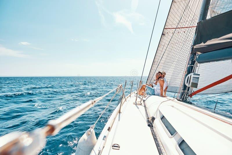 Vacances romantiques Jeune homme et femme appréciant la vue sur la plate-forme de bateau de croisière image stock