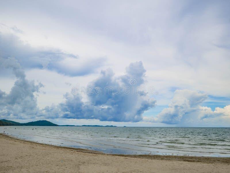 Vacances sur la plage avec la belle mer et le ciel sans fin d'horizon photo stock