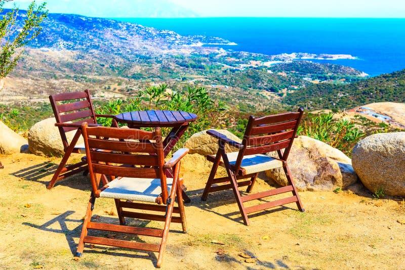 Vacances, table et chaises de mer d'été au point de vue image libre de droits