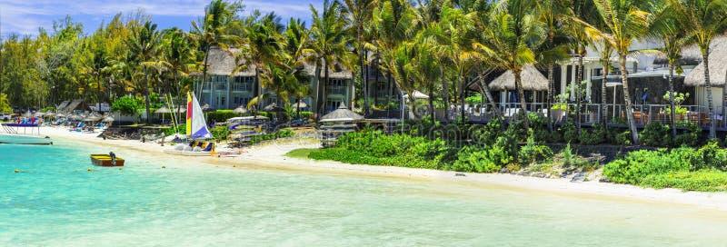 Vacances tropicales - pavillons de côté de plage en île des Îles Maurice photos stock
