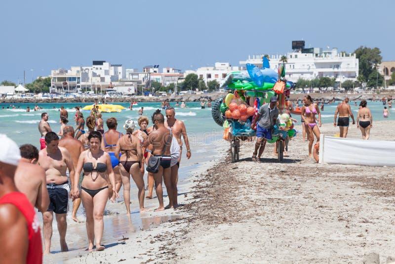 Vacances vers la mer Plage italienne Pulia, Italie photographie stock libre de droits