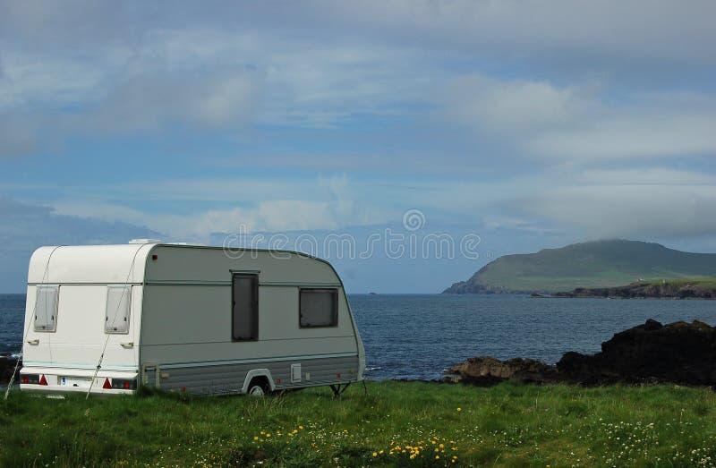 Vacanza di campeggio della spiaggia del caravan immagine stock