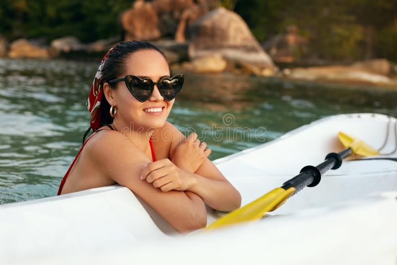 Vacanza di estate Bella donna asiatica divertendosi vicino alla barca di mare immagine stock libera da diritti