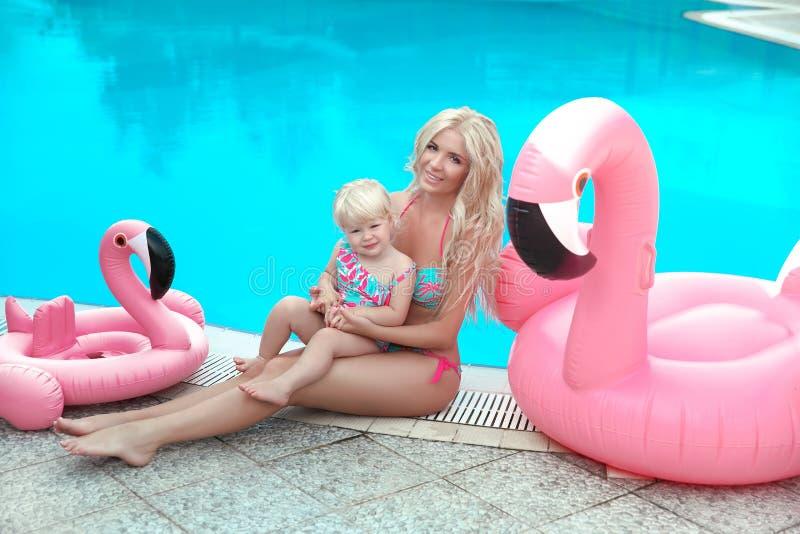 Vacanza di famiglia di estate Ritratto biondo delle ragazze di sembrare di modo beaut fotografie stock