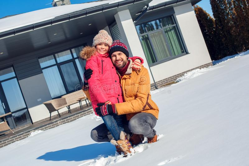 Vacanza di inverno Della famiglia di tempo padre insieme all'aperto che abbraccia sorridere della figlia allegro fotografie stock