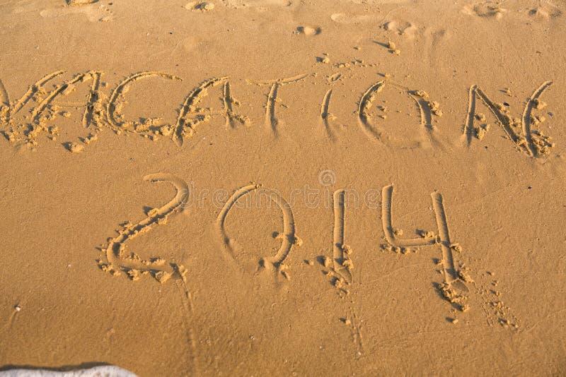 Vacanza di parola sulla spiaggia sabbiosa gialla immagine stock libera da diritti