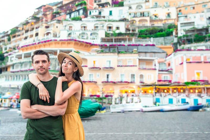 Vacanza estiva in Italia Giovani coppie nel villaggio sui precedenti, costa di Amalfi, Italia di Positano immagini stock