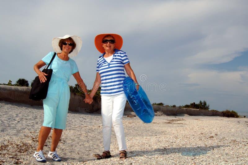 Vacanza maggiore della spiaggia degli amici fotografie stock libere da diritti