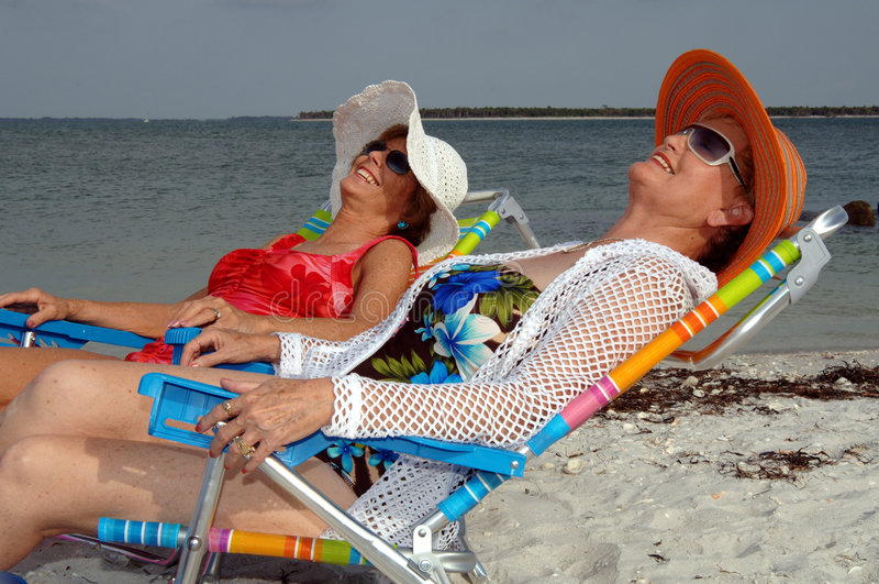 Vacanza maggiore della spiaggia degli amici fotografia stock libera da diritti
