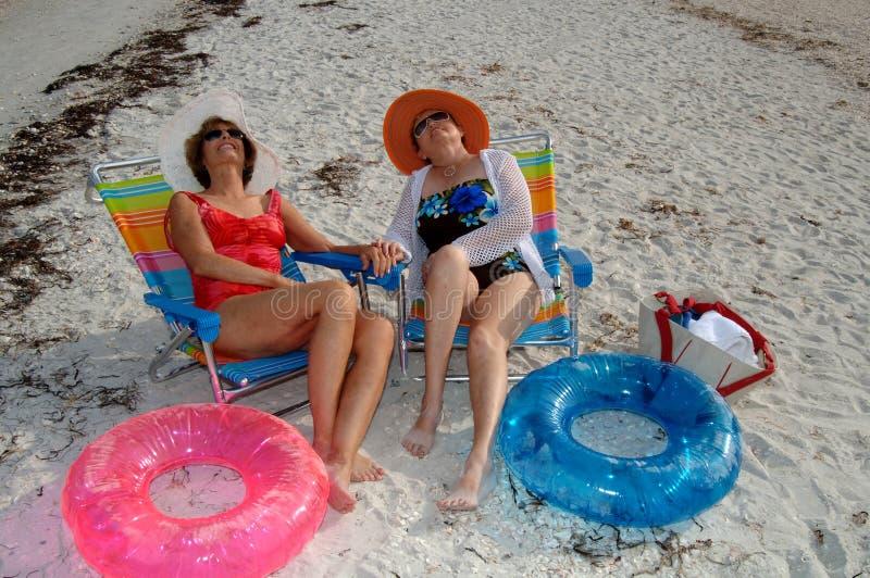 Vacanza maggiore della spiaggia degli amici immagini stock libere da diritti